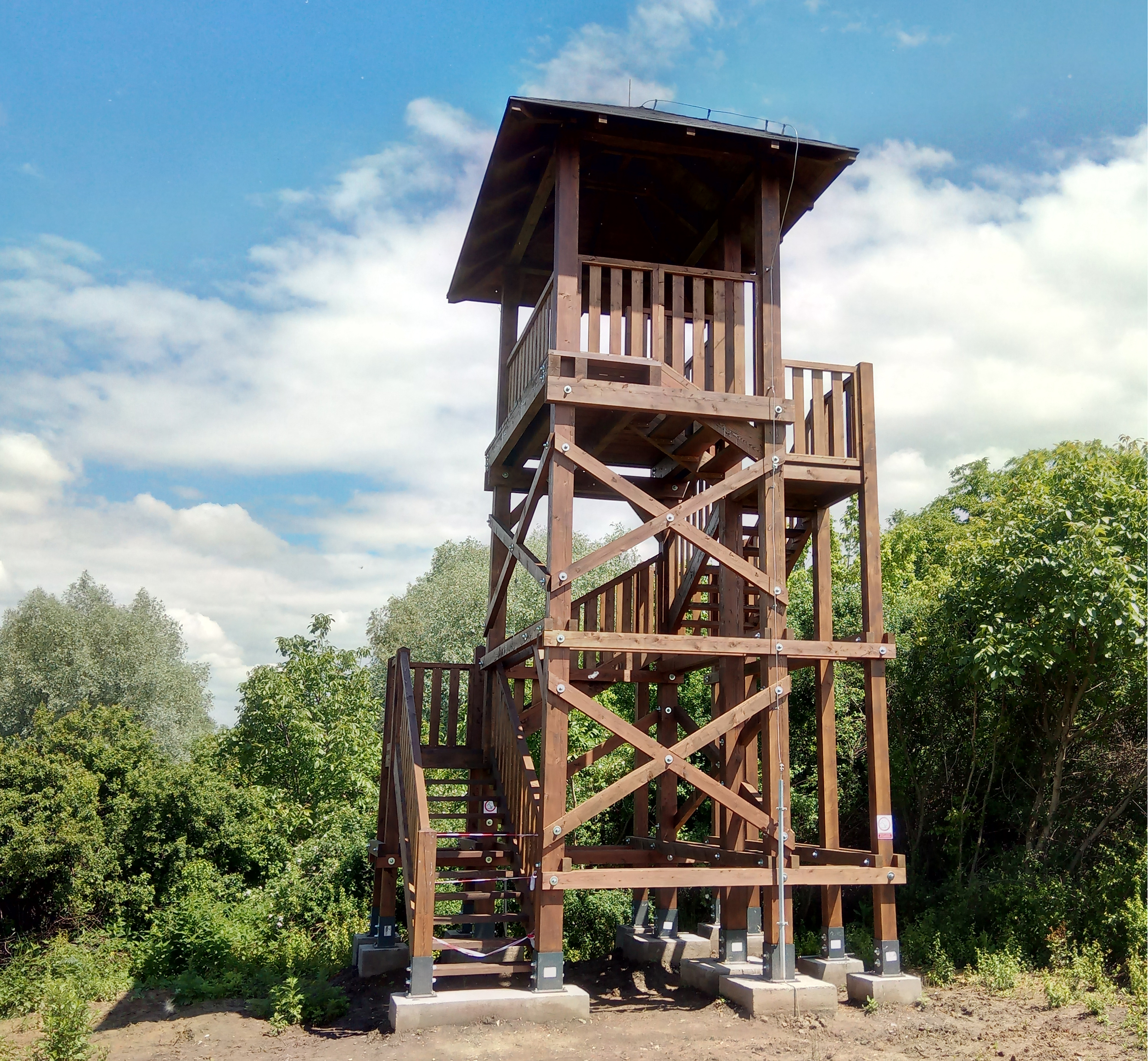 Pozorovacia veža Vaňa. Reálna veža v porovnaní s návrhom.